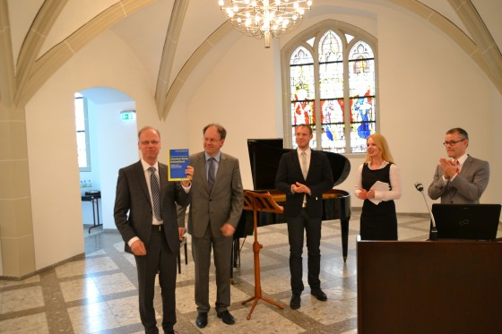 v.l.n.r.: A. Gerhards (Jubilar), Andreas Kranemann (Bandherausgeber), Sebastian Weigert (Lektoratsleiter), Kim de Wildt (Bandherausgeberin), Benedikt Odenthal (Herausgeber).