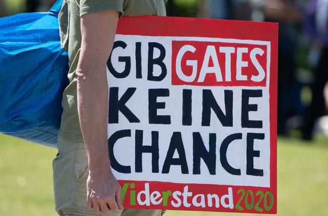 Plakat bei einer Demonstration vor dem Reichstagsgebäude 2020
